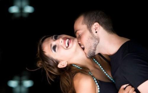 Парень соблазняет замужнюю девушку