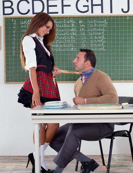 Студентка сосала на уроке член и давала себя трахнуть