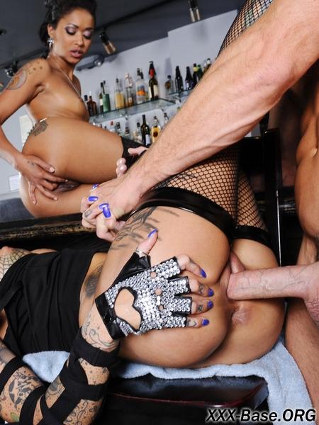 Проституки из местного бара решили совратить лысого бармена